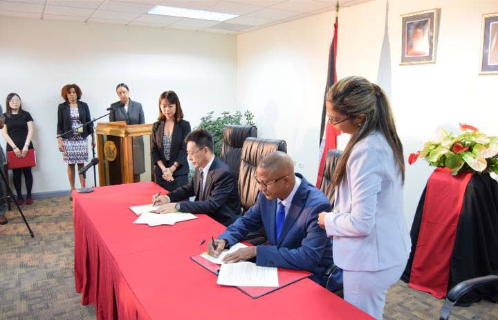 Steve De Las , President of eTeck and Zhang Chuancheng, deputy general manager BCEG sign the MoU.