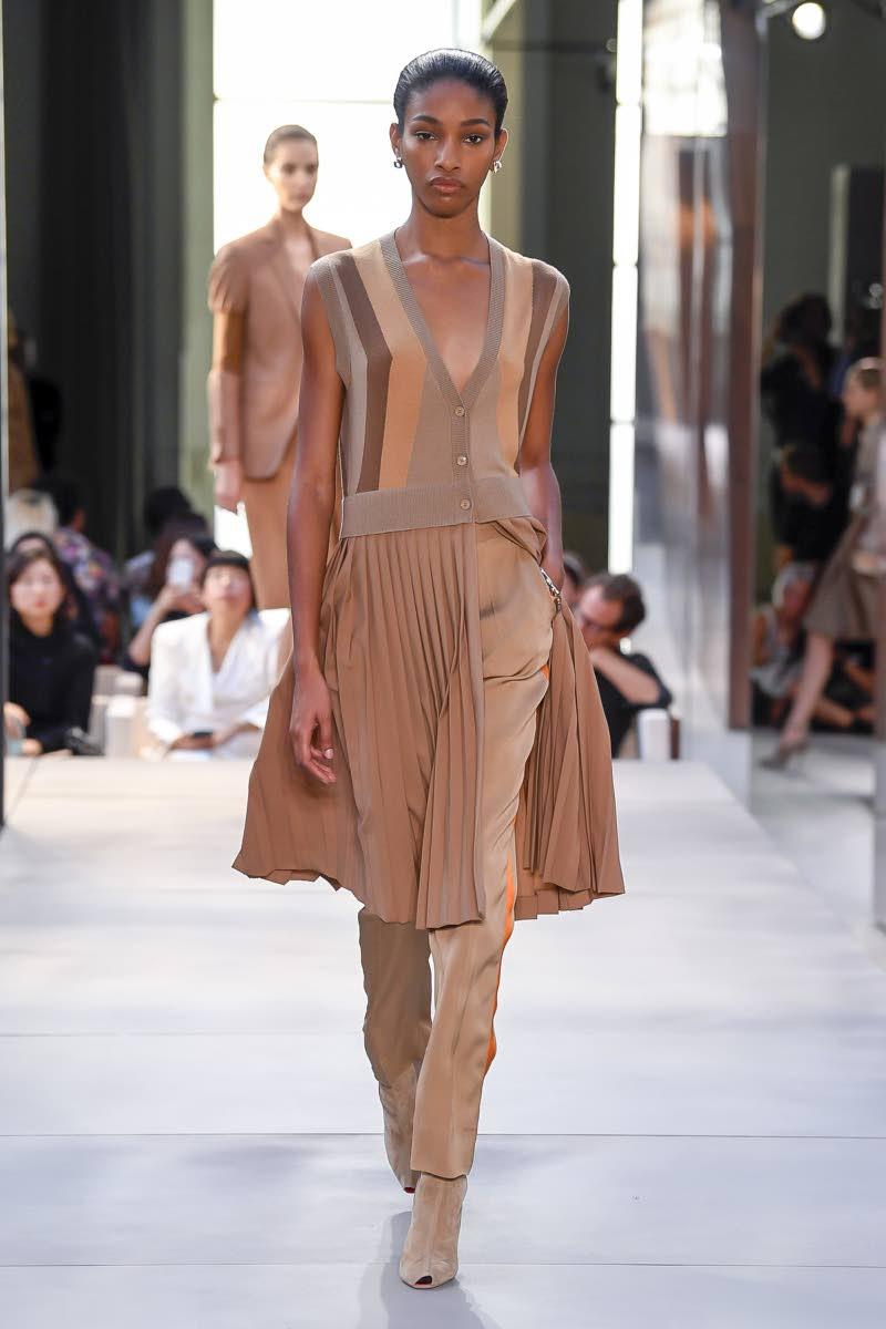 Naomi Chin Wing Burberry SS 2019    Photo Yannis Vlamos Vogue Runway Indigital