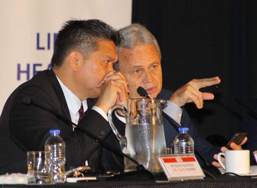 El presidente de NGC, Mark Loquan, escucha atentamente al ministro de Finanzas, Colm Imbert, en la reunión posterior al presupuesto de la Cámara de Industria y Comercio de TT en Hyatt Regency, Puerto España, el martes. FOTO POR ROGER JACOB