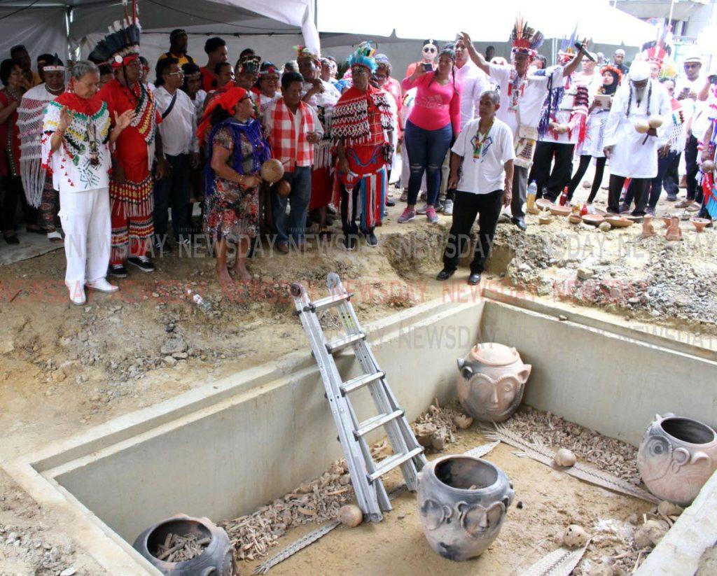 Los Primeros Pueblos realizan rituales funerarios en la ceremonia de reintervención de restos humanos indígenas en el sitio de la Casa Roja. - ANGELO MARCELLE