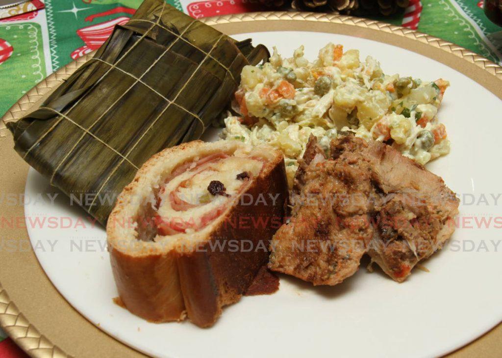 Leyendas: Un almuerzo tradicional venezolano de Navidad, que incluye hallaca, pan de jamón y pernil, elaborado por la chef Ivonne Gascón.  - AYANNA KINSALE