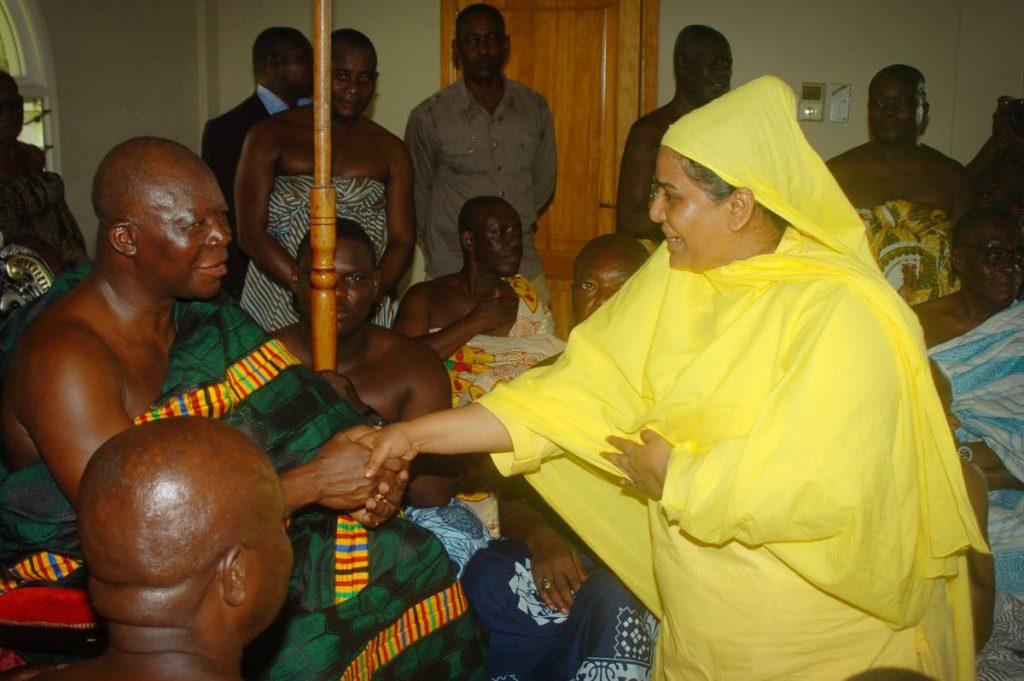 Otumfuo Osei Tutu II, the 16th Asantehene, meets Sri Jayanthi Kumaraswami during her visit to Ghana, Africa.   -