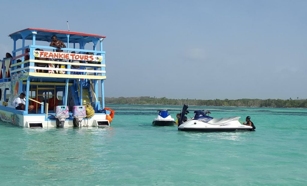 The popular Frankie Tours reef boat on a trip to the Nylon Pool. -