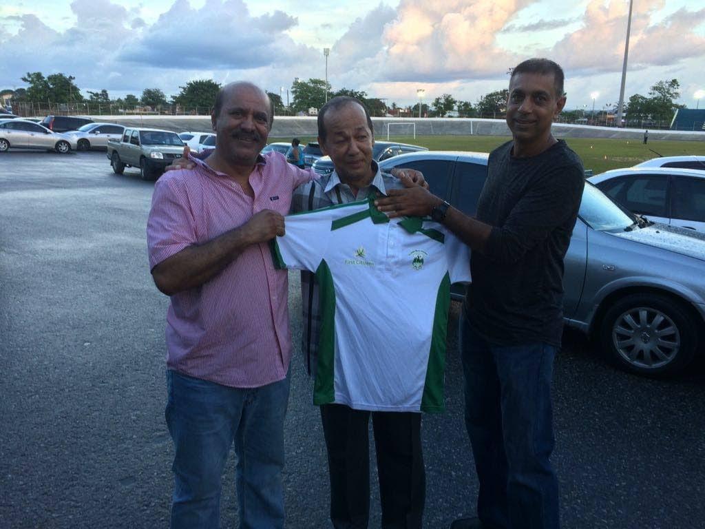 Sheldon Gomes, centre, alongside former TT captain Prakash Moosai, left, and former TT all rounder Mahadoe Bodoe.  -