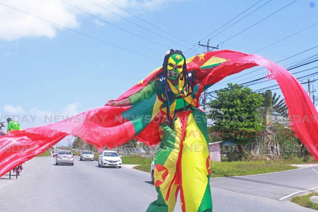 Grenadian Jr. Houston de la Kaisoka School of the Arts durante el Moko Jumpy Relay desde San Fernando a Puerto España el domingo.  - Seguana Wheeler