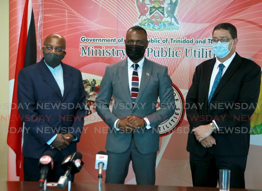 Minister of Public Utilities Marvin Gonzales, centre, with new WASA CEO Lennox Sealy, left, and former ag CEO Alan Poon King at a press conference at the ministry's offices, Alexandra Street, Woodbrook, Tuesday. - ROGER JACOB
