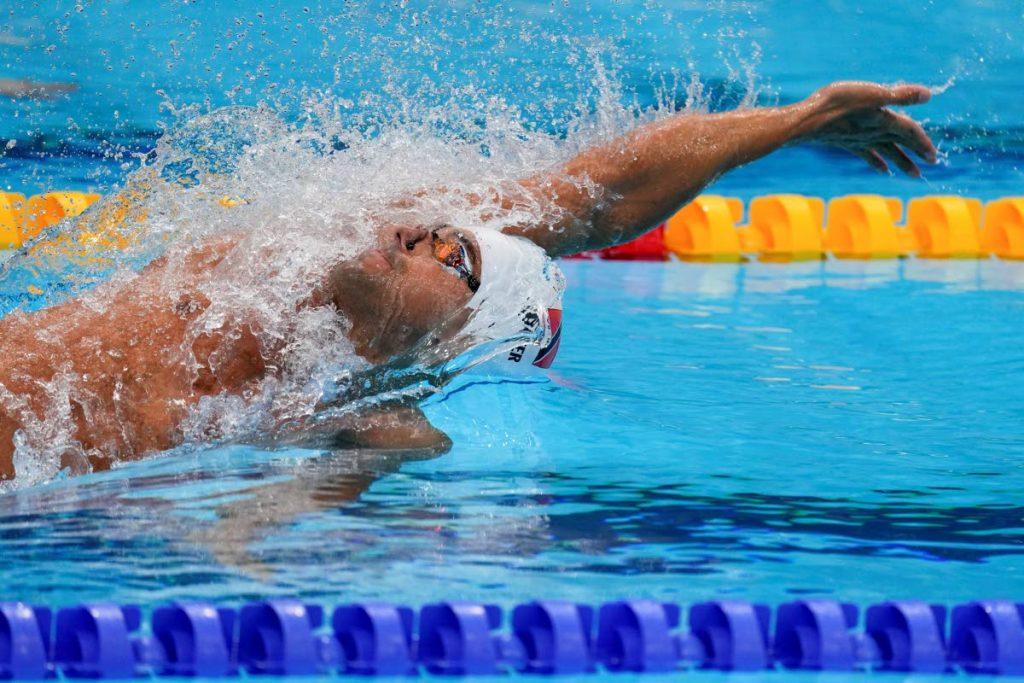 In questa foto del file del 25 luglio 2021, Dylan Carter di Trinidad e Tobago nuota nel caldo durante i 100 m dorso maschili alle Olimpiadi estive del 2020 a Tokyo, in Giappone.  (Foto AB) -